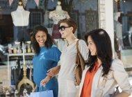 Жінки разом покупки по міській вулиці — стокове фото