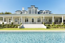 Exterior luxury house and swimming pool — Stock Photo