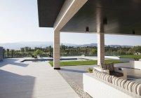 Terrazza di lusso con vista sulla piscina e sulle montagne — Foto stock