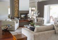 Диван и кресла в современной гостиной — стоковое фото