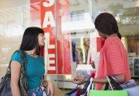 Жінки вікно покупками разом в торговий центр — стокове фото