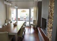 Tavolo e sedie in sala da pranzo moderna — Foto stock