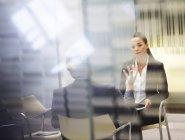 Uomo d'affari e donna d'affari che parlano in ufficio moderno — Foto stock