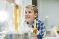 Ragazzo sorridente in cucina — Foto stock