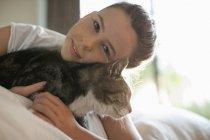 Chat pour enfants fille sur le lit, vue — Photo de stock
