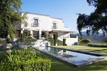 Piscina di lusso e villa durante il giorno — Foto stock