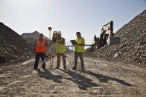 Arbeiter mit Planiermaschinen im Steinbruch — Stockfoto