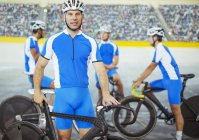 Трек велосипедистів, стоячи в велодром — стокове фото