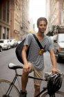 Mann auf Fahrrad auf der Stadtstraße — Stockfoto