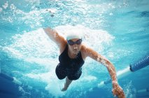 Плавець гонки в басейні воду — стокове фото