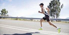 Läufer im Rennen auf Landstraße — Stockfoto