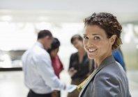 Kaukasische geschäftsfrau lächelnd im modernen Büro — Stockfoto