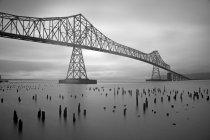 Астория мост над водой с должностей в штате Орегон — стоковое фото