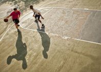 Hommes jouant au basket sur le terrain — Photo de stock