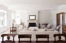 Sala de estar de luxo dentro de casa durante o dia — Fotografia de Stock