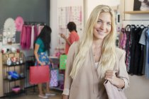 Woman smiling in clothing store — Stockfoto