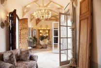 Soggiorno di lusso e foyer durante il giorno — Foto stock
