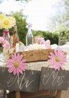 Стол для свадебного приема на открытом воздухе — стоковое фото