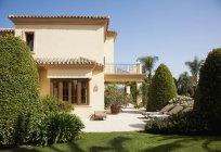 Luxury Spanish villa and patio — Stock Photo