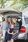 Familie sitzt im Kofferraum des Autos — Stockfoto