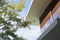Roofline современного дома на открытом воздухе в дневное время — стоковое фото