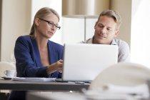 Деловых людей, работающих на ноутбуке — стоковое фото