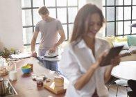 Mujer con tableta digital como novio de planchas de cocina - foto de stock