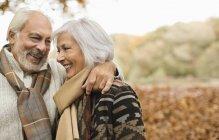 Casal mais velho sorrindo juntos no parque — Fotografia de Stock