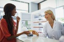 Mulher de pagar com cartão de crédito na drogaria — Fotografia de Stock
