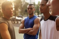 Hommes debout sur un terrain de basket urbain — Photo de stock