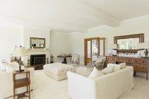 Salon de luxe à l'intérieur pendant la journée — Photo de stock