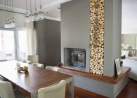 Kamin im modernen Haus — Stockfoto