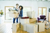 Couple unpacking boxes in new home — Stock Photo