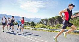 Бігунів в гонці на сільській дорозі — стокове фото