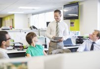 Деловые люди разговаривают в современном офисе — стоковое фото