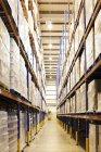 Allée des boîtes en entrepôt — Photo de stock