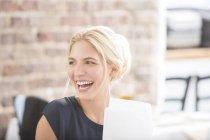 Frau lacht im Amt — Stockfoto