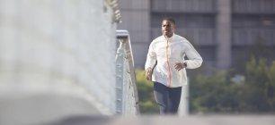 Homem correndo pelas ruas da cidade — Fotografia de Stock