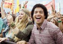 Ventiladores que animan en el festival de música - foto de stock