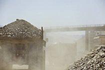 Camión de transporte de escombros en cantera - foto de stock