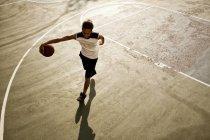 Homme jouant au basketball sur Cour — Photo de stock