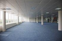 Tagsüber leeres Bürogebäude — Stockfoto