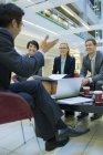Pessoas de negócios, tendo a reunião no prédio de escritórios — Fotografia de Stock