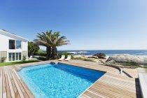 Piscina di lusso con vista sull'oceano — Foto stock