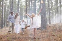 Família feliz com redes de borboleta em bosques ensolarados — Fotografia de Stock