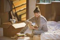 Молода жінка щаслива холдингу книгу в ліжку — стокове фото