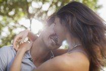 Крупный план счастливой пары, обнимающей природу — стоковое фото