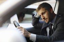 Unglücklicher Geschäftsmann steckt im Auto fest — Stockfoto