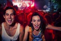 Coppia entusiastici applausi al festival di musica — Foto stock