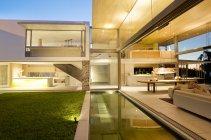 Piscina e pátio de casa moderna — Fotografia de Stock